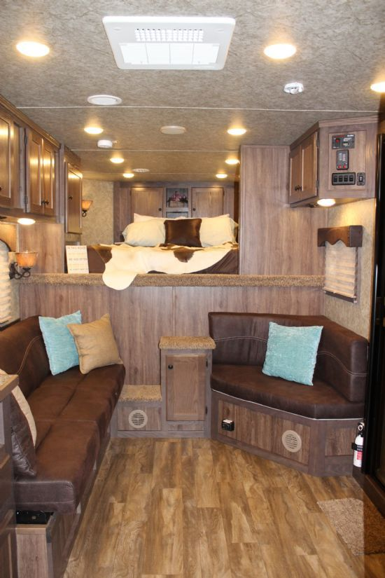 2018 Lakota C8313.5 Charger  3 Horse Slant Load Gooseneck Horse Trailer With Living Quarters